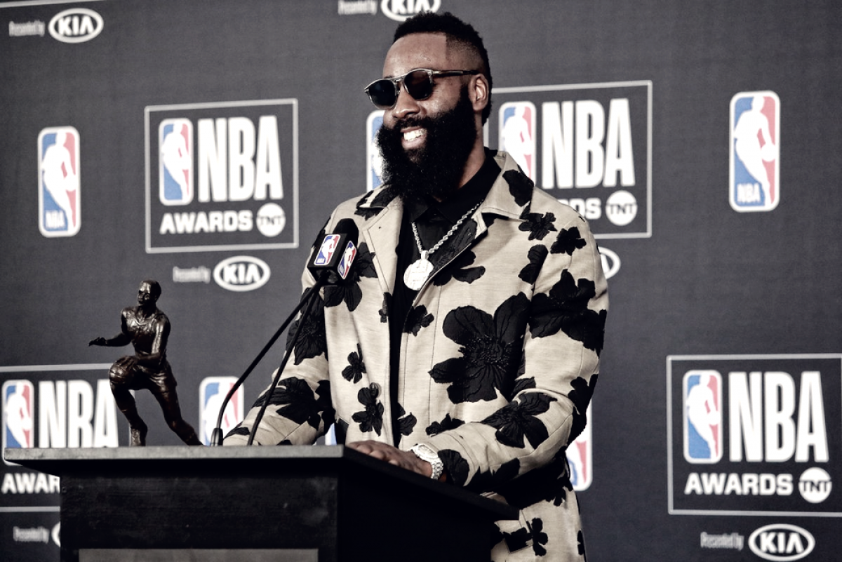 NBA Awards: Simmons é eleito melhor calouro e Harden é coroado MVP da temporada