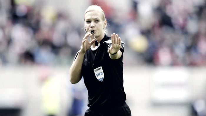 Primeira árbitra na história da Bundesliga, Bibiana Steinhaus faz sua estreia nesta rodada