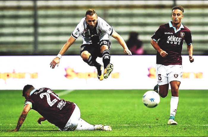 Serie B: La Salernitana recupera due reti al Parma rimasto in 9