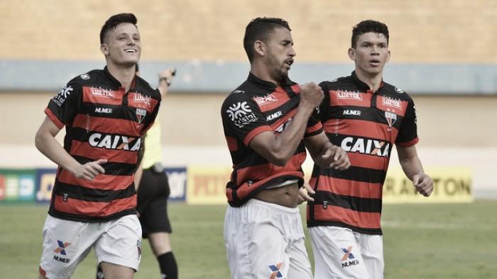 Com dois gols em dois minutos, Atlético-GO vence Paraná e segue colado no Vasco