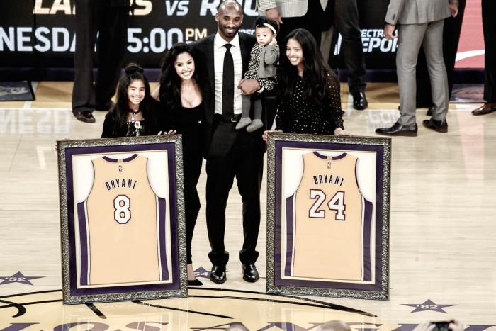 Kobe Bryant se torna primeiro jogador com duas camisas aposentadas por uma franquia