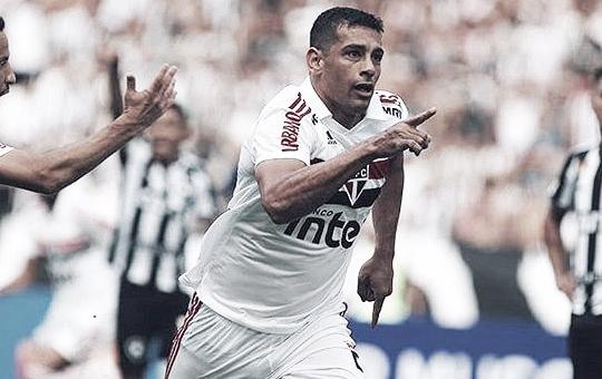 Muito perto de fechar com o Botafogo, Diego Souza joga futevôlei no Rio de Janeiro