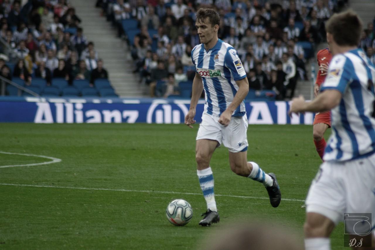 Diego Llorente conduce la pelota en el Reale Arena (Foto: David Salvador)