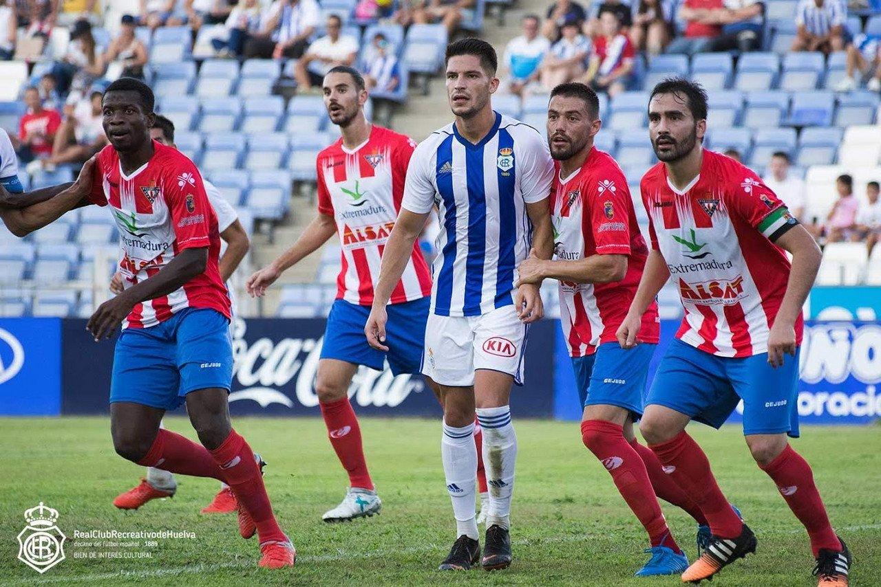 Lance del juego entre jugadores del R.C. Recreativo de Huelva y el C.D. Don Benito en el partido correspondiente a la primera vuelta de la temporada 2018/2019 / Fuente: Recreativohuelva.com