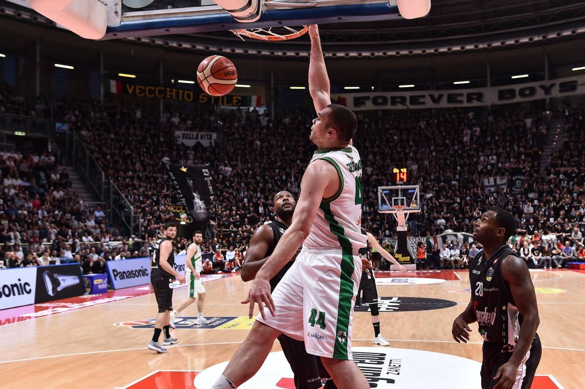 Legabasket: troppo Fesenko per la Virtus, Avellino espugna il PalaDozza