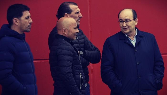 Sampaoli y la directiva en el entrenamiento del Sevilla