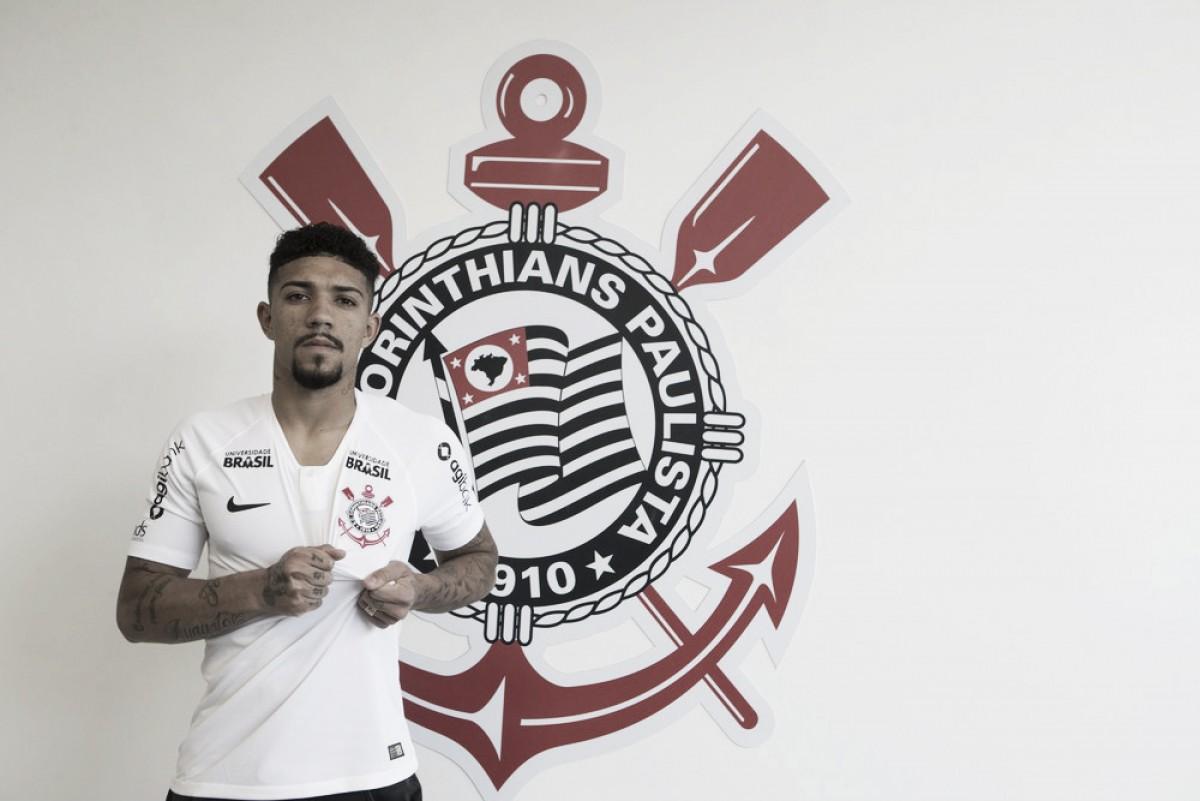 Corinthians oficializa contratação do volante Douglas, ex-Fluminense, até 2022