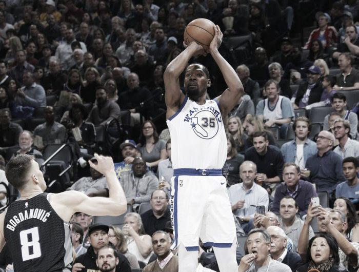 Durant e Curry desequilibram, Warriors superam dificuldades e vencem Kings