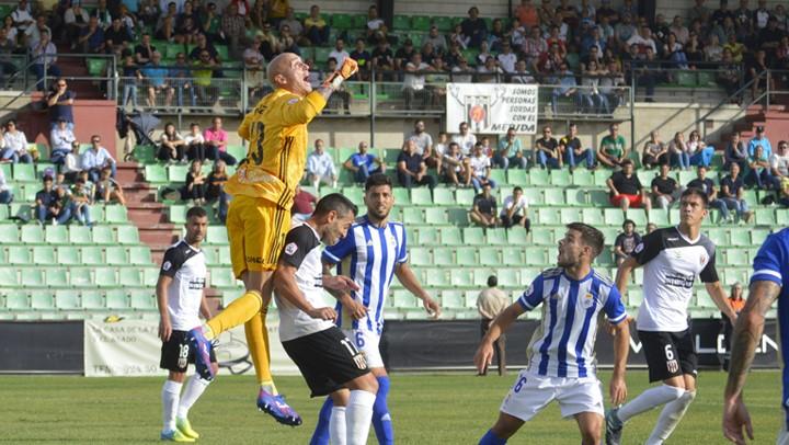 """<div><font face=""""Open Sans, sans-serif""""><span>Nauzet Pérez tratando de despejar un balón en el partido de la primera vuelta /&nbsp;</span></font><span>Fuente: admerida.es</span></div>"""