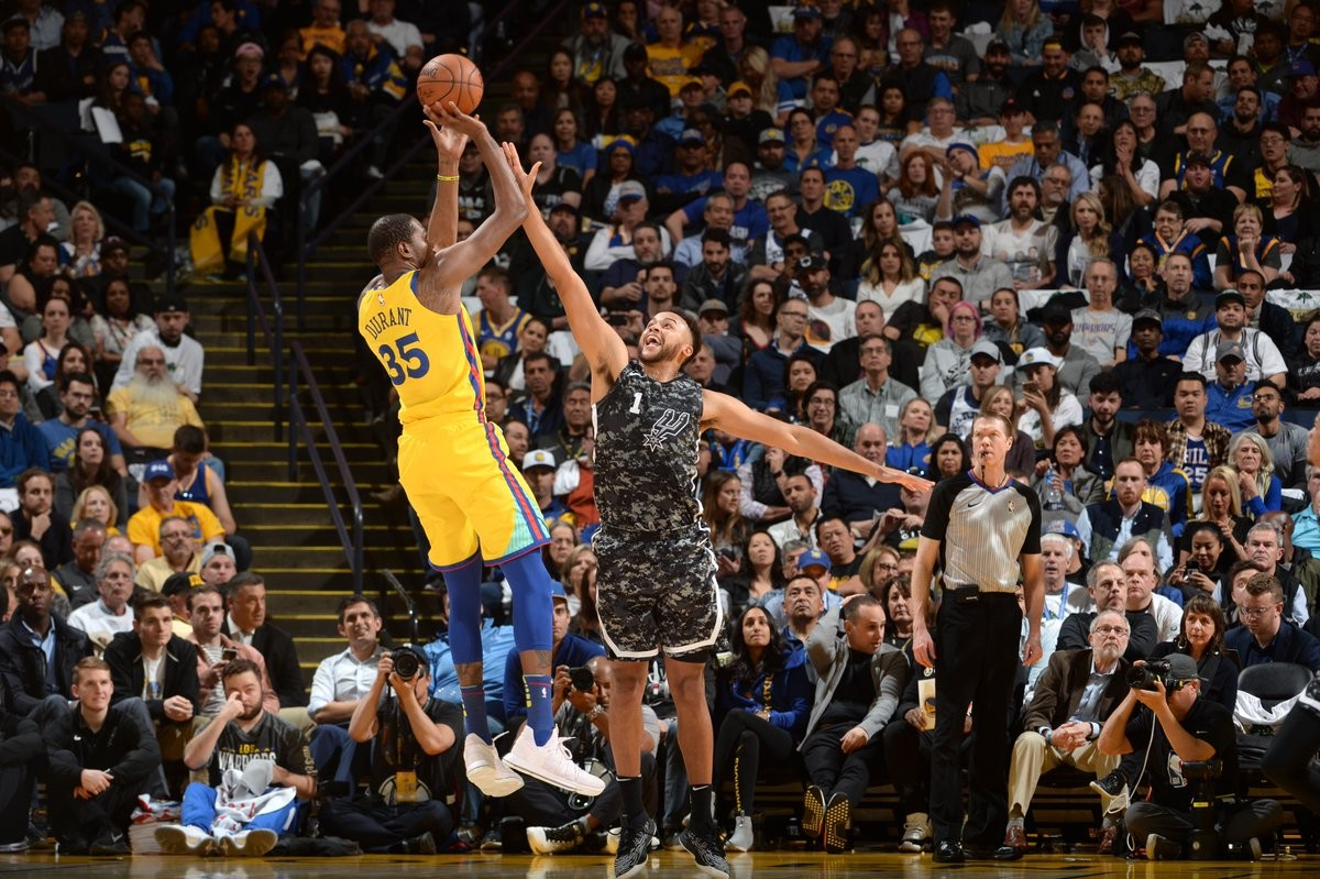NBA - Golden State suda ma vince contro San Antonio