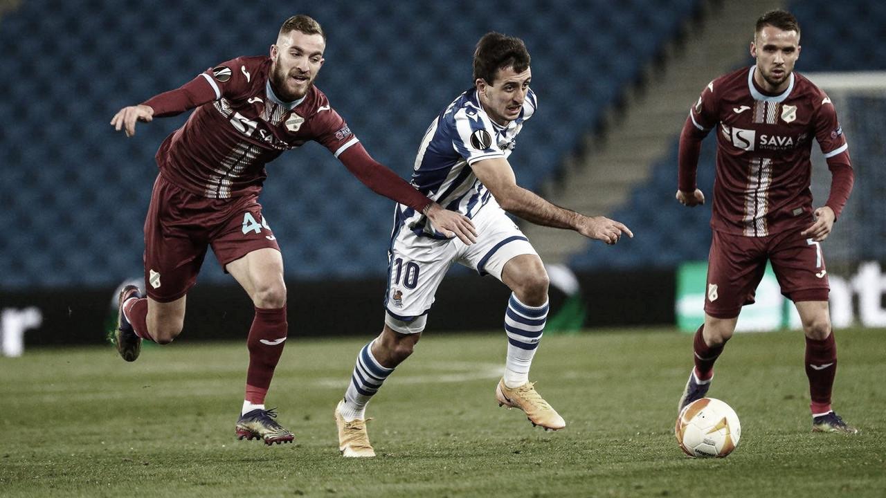 Mikel Oyarzabal zafándose de un jugador del Rijeka / Foto: Real Sociedad