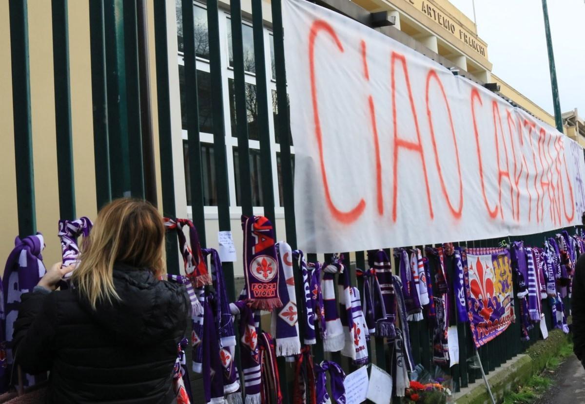 Astori, aperta la camera ardente: in migliaia in fila con De Rossi