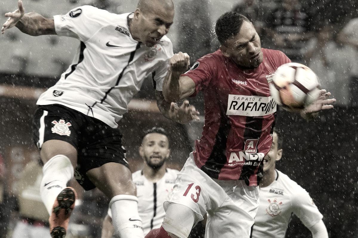 Emerson decide e Corinthians conquista primeira vitória na Libertadores