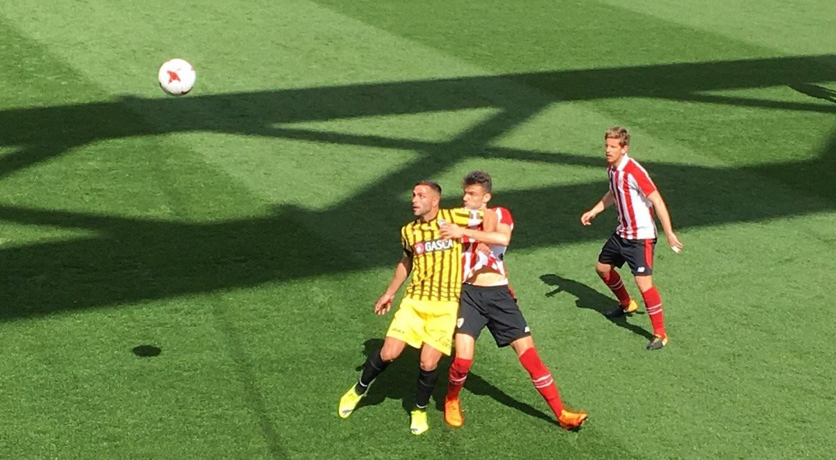 Un gol de Asier Benito decide el igualado derbi por el play-off