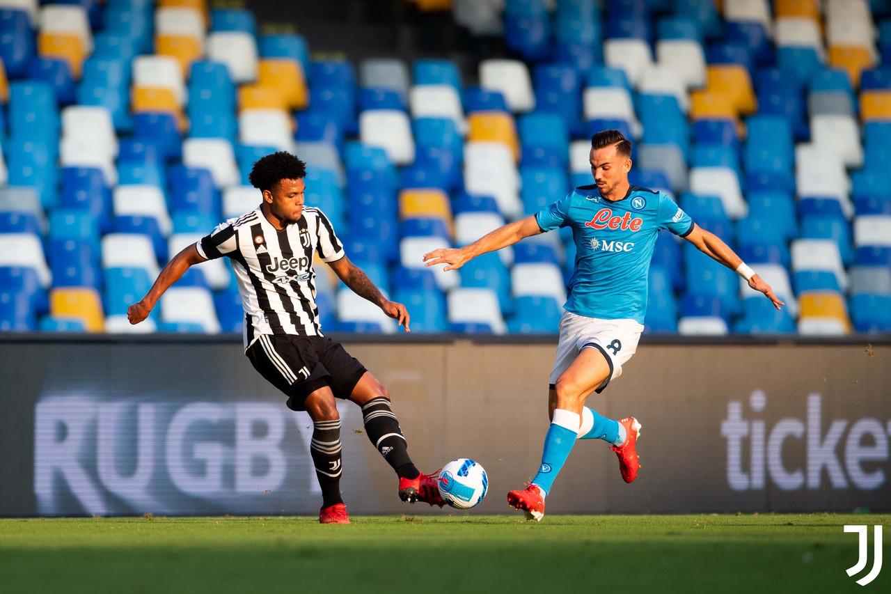 Il Napoli gioca, la Juve si fa male da sola: i partenopei vincono 2-1
