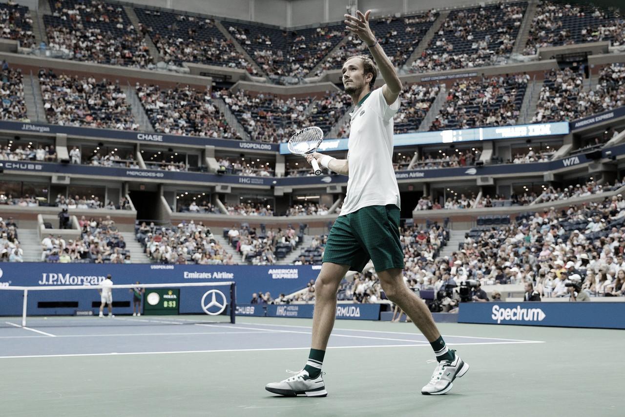 Medvedev domina Evans sob teto fechado e se garante nas quartas do US Open