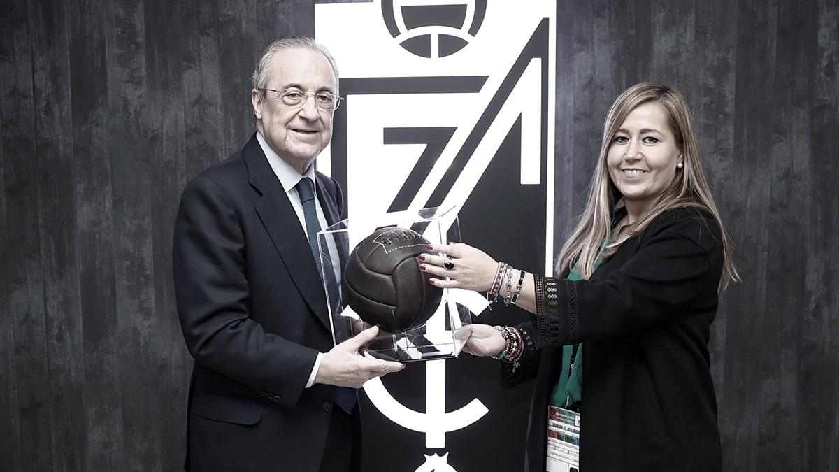 Florentino recibe un obsequio por parte del Granada CF