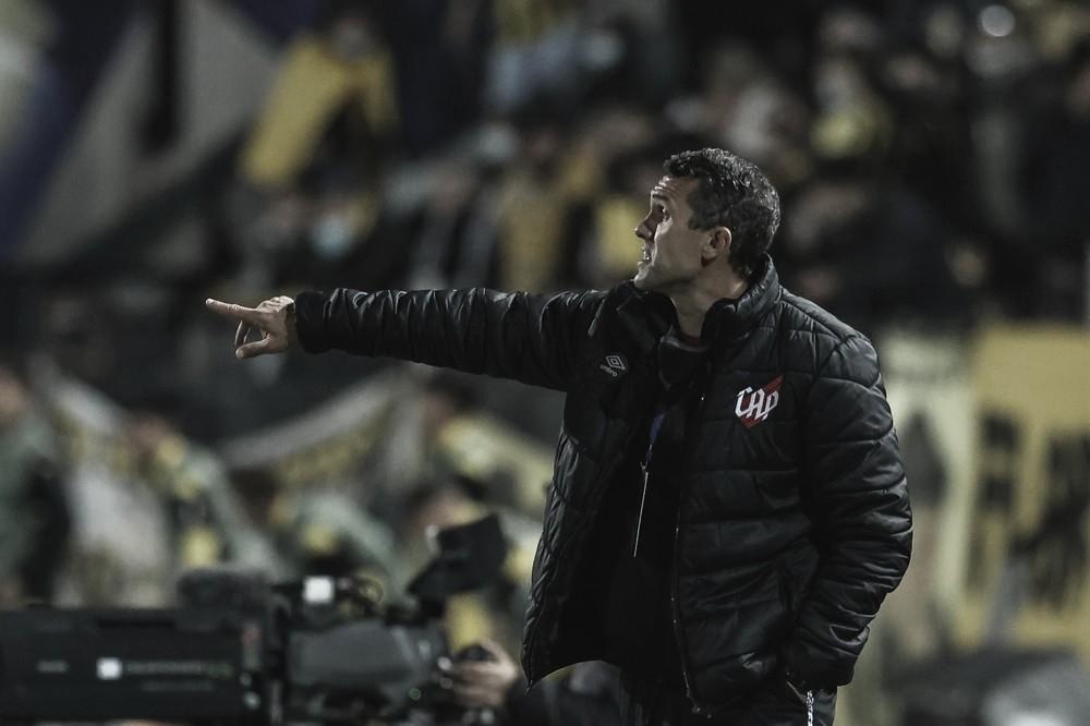"""Lazaroni fala em """"eliminatória aberta"""" mas comemora resultado do Athletico na Sul-Americana"""