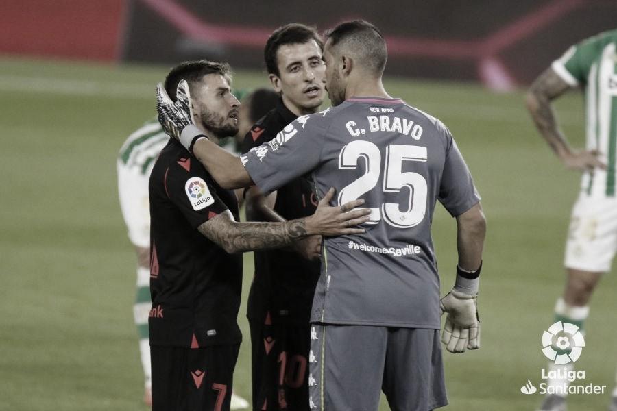 Bravo saludando a Portu y a Oyarzabal | Foto: La Liga