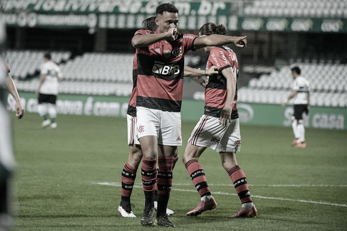 """Com """"lei do ex"""", Flamengo bate Coritiba no Couto Pereira e abre vantagem na Copa do Brasil"""