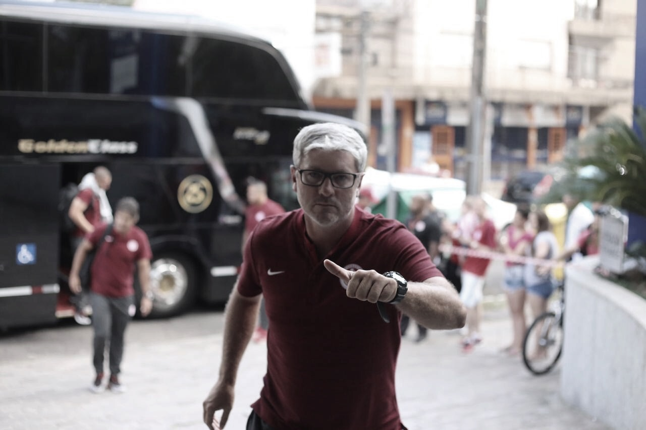 """Odair Hellmann diz que vitória na ida não garante e cobra: """"Muita seriedade no Beira-Rio"""""""
