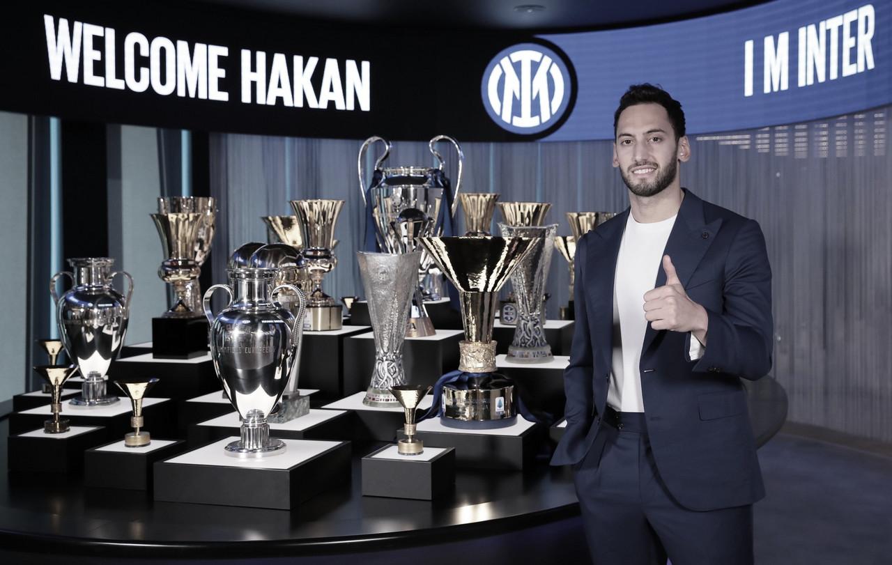Do vermelho ao azul: Internazionale anuncia contratação do meia Çalhanoğlu