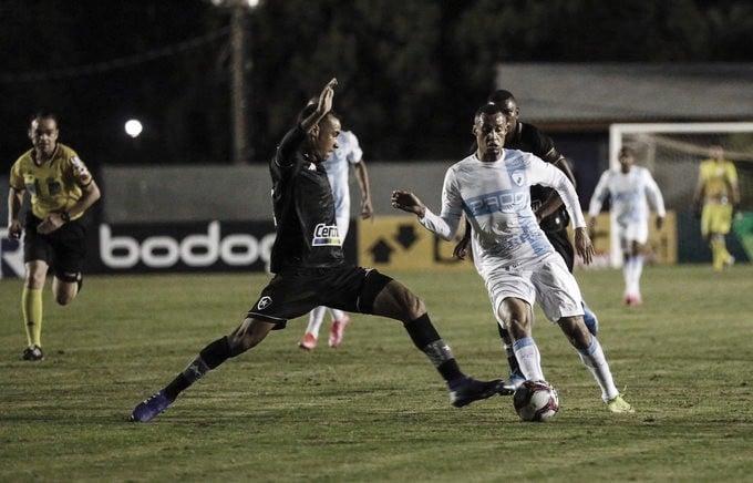 """Kanu lamenta empate e desatenção da defesa botafoguense: """"Tivemos um deslize"""""""
