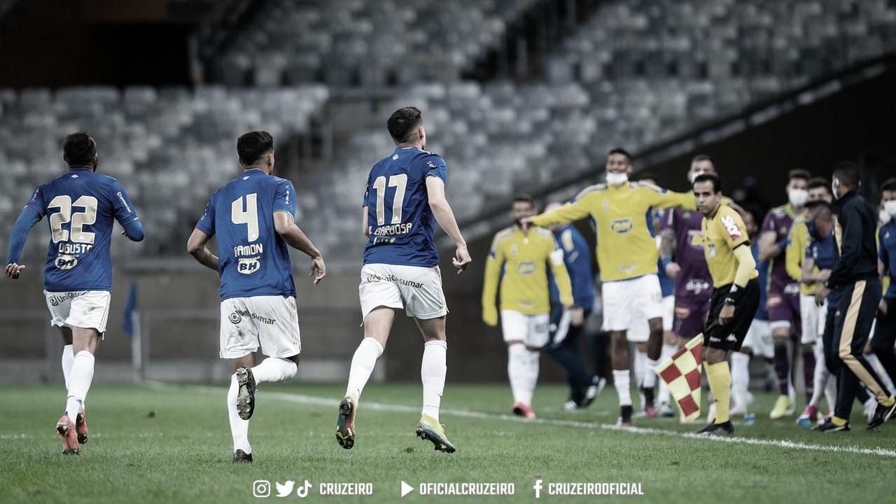 Com dois de Matheus Barbosa, Cruzeiro vira sobre o Vasco e sai do Z-4 na Série B