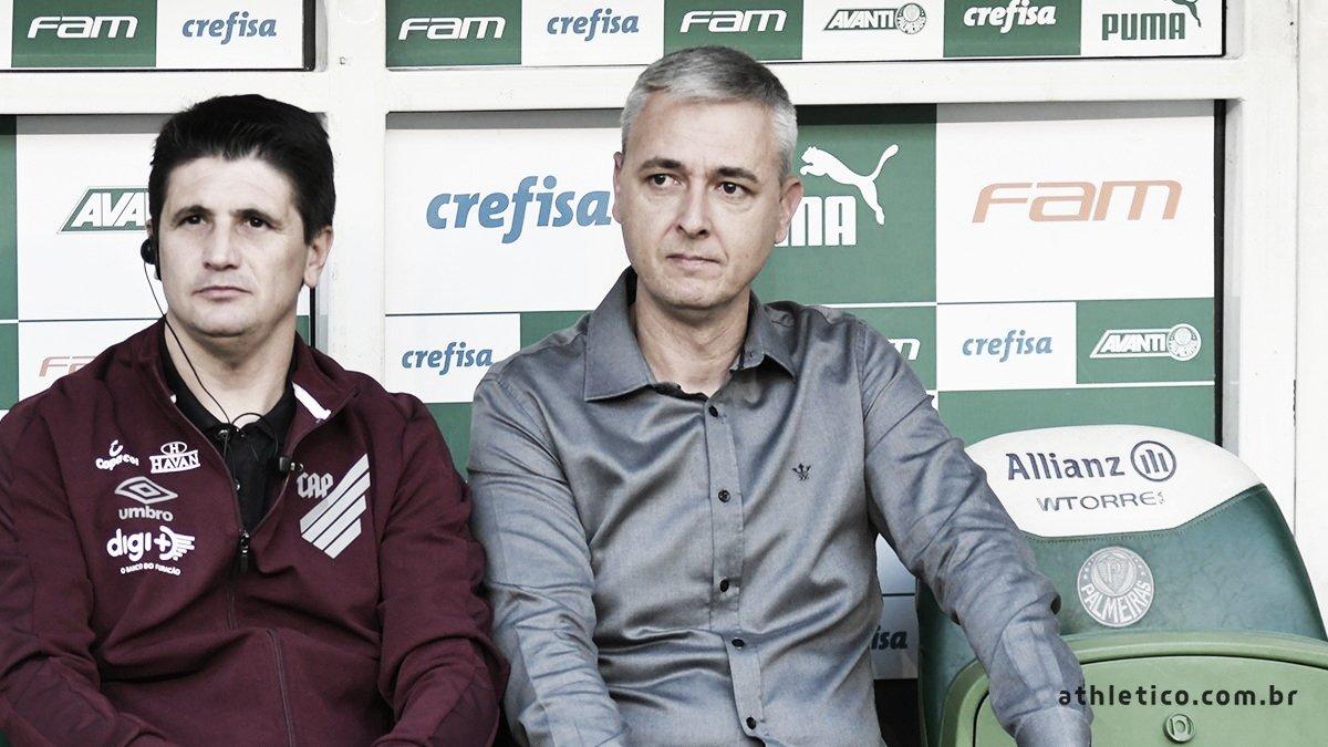 """Apesar da derrota, Tiago Nunes elogia desempenho do Athletico: """"Um jogo de igual para igual"""""""