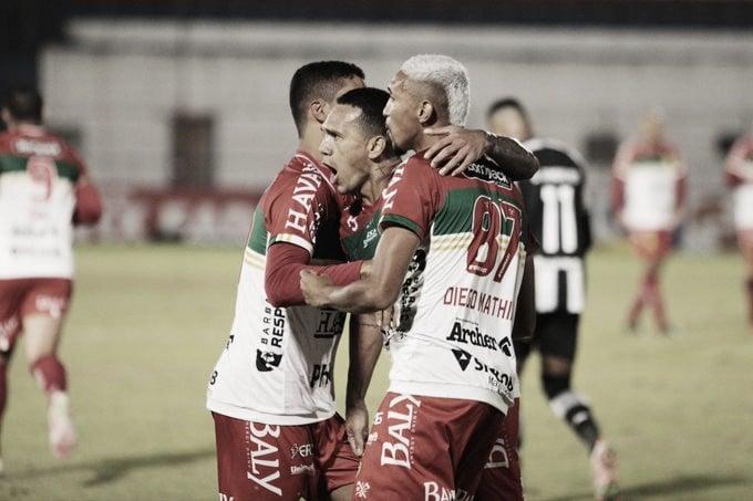 Brusque vira no fim, aumenta a crise do Botafogo e volta a vencer na Série B