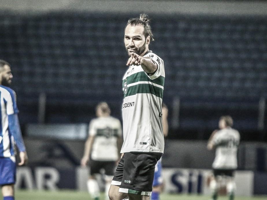 """Léo Gamalho enfatiza """"importância muito grande"""" de triunfo do Coritiba contra Avaí"""