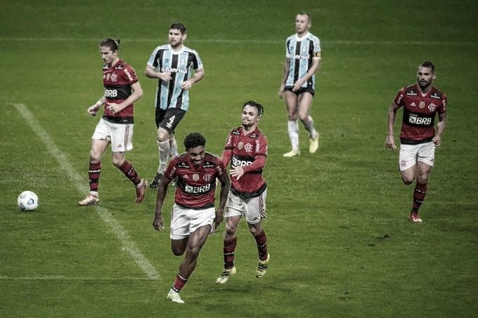 Com um a menos, Flamengo atropela Grêmio e encaminha vaga às semis da Copa do Brasil