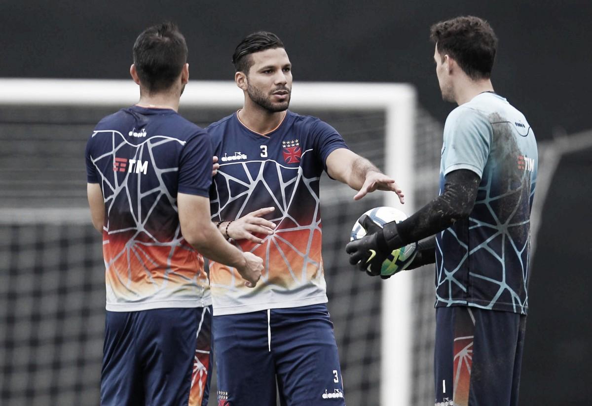"""Zagueiro Henríquez aponta motivo por fase ruim do Vasco: """"Falta de concentração"""""""