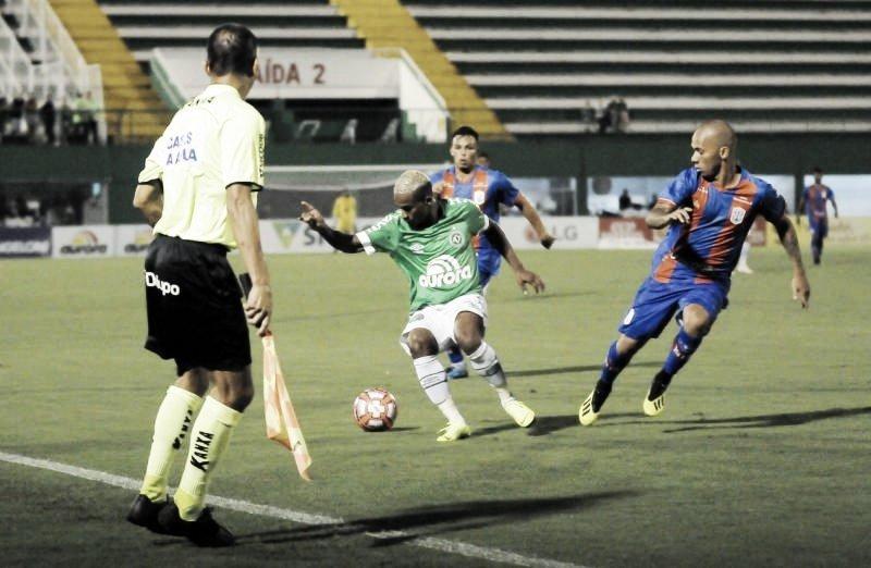 Wellington Paulista marca nos acréscimos e salva Chapecoense diante do Marcílio Dias
