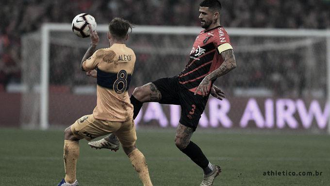Athletico joga mal, desperdiça pênalti e perde em casa para o Boca Juniors