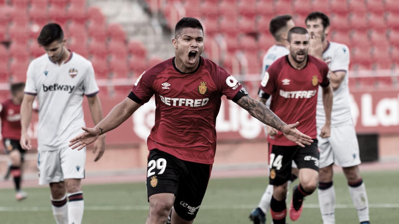 El Mallorca se agarra a Primera División (2-0)