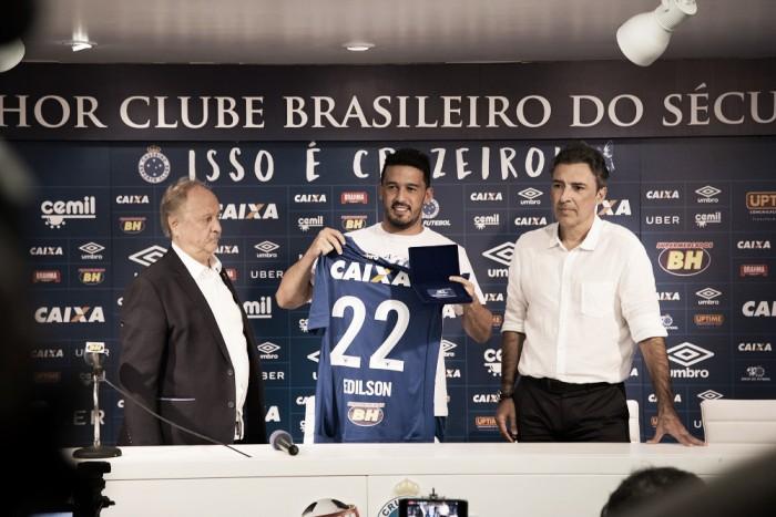 """Edílson é apresentado no Cruzeiro e diz: """"Saí do maior do Sul para o maior de Minas"""""""