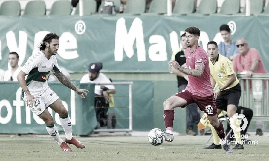 El CD Tenerife arrancó un punto de su visita al Martínez Valero
