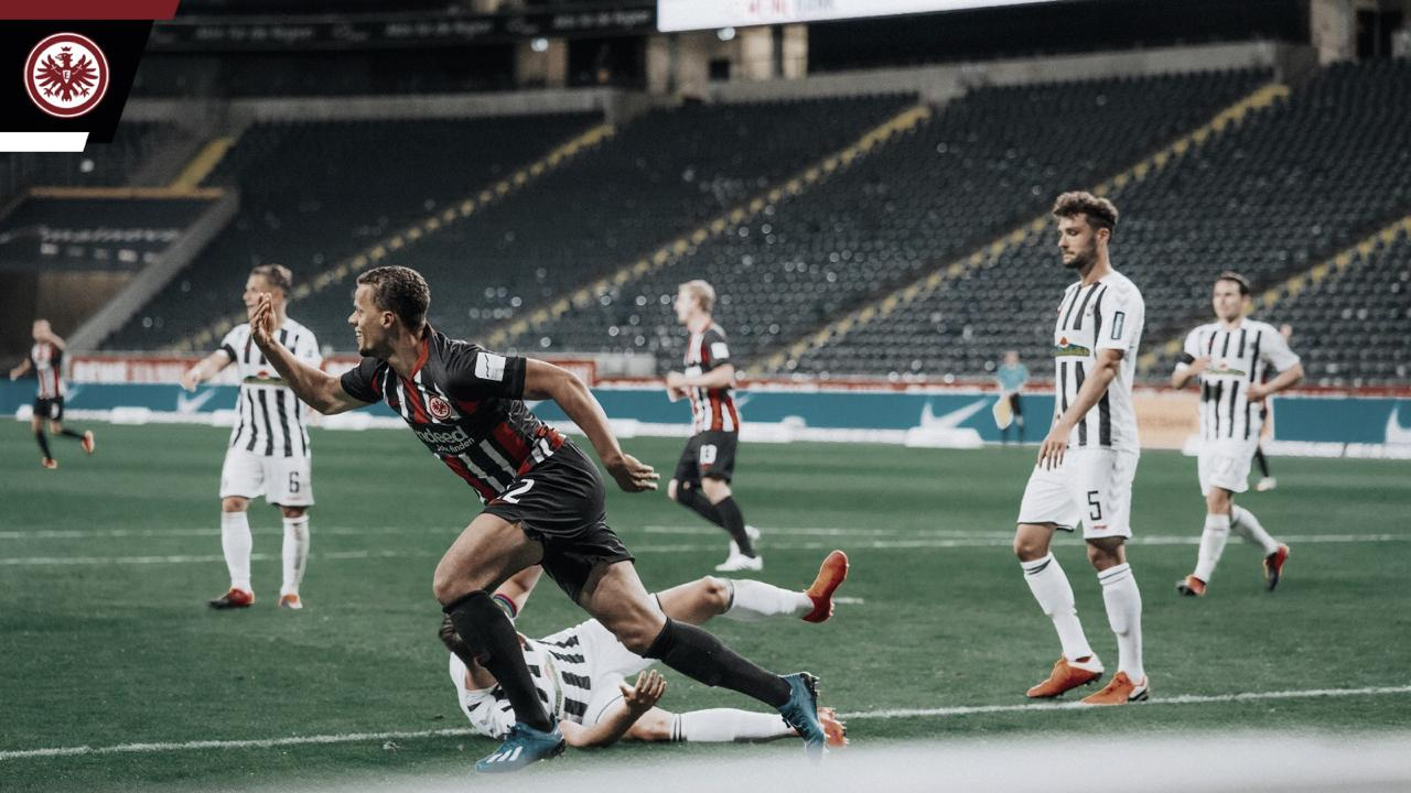 Eintracht Frankfurt arranca empate contra Freiburg e se complica na Bundesliga