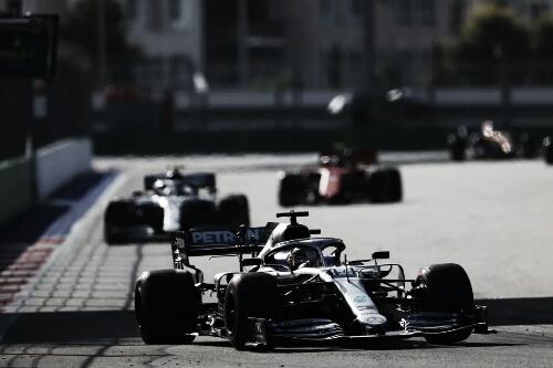Hamilton supera jogo de equipe da Ferrari e vence GP da Rússia