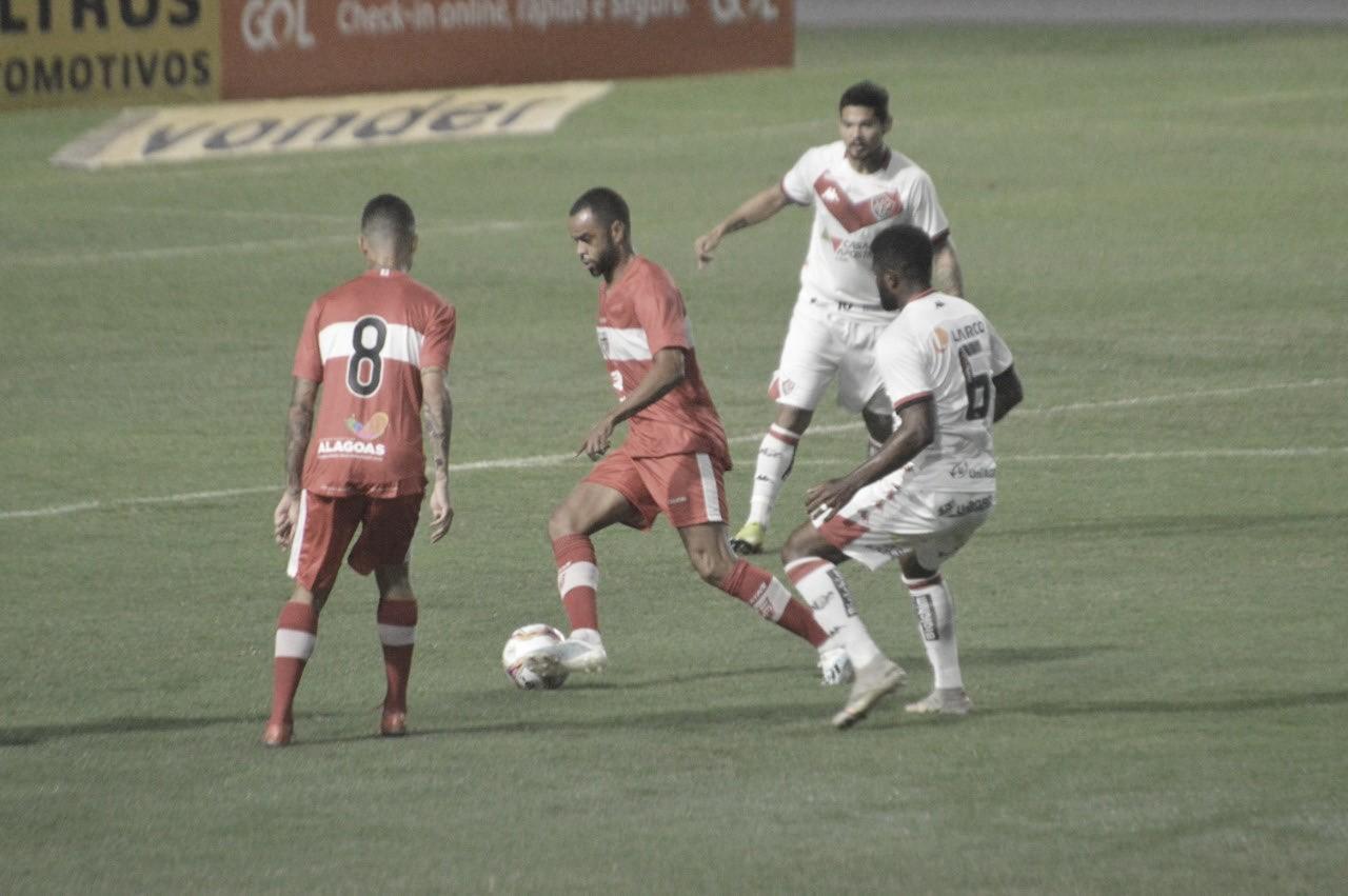 Léo Gamalho marca dois, mas Vitória se recupera nos acréscimos e busca empate com CRB
