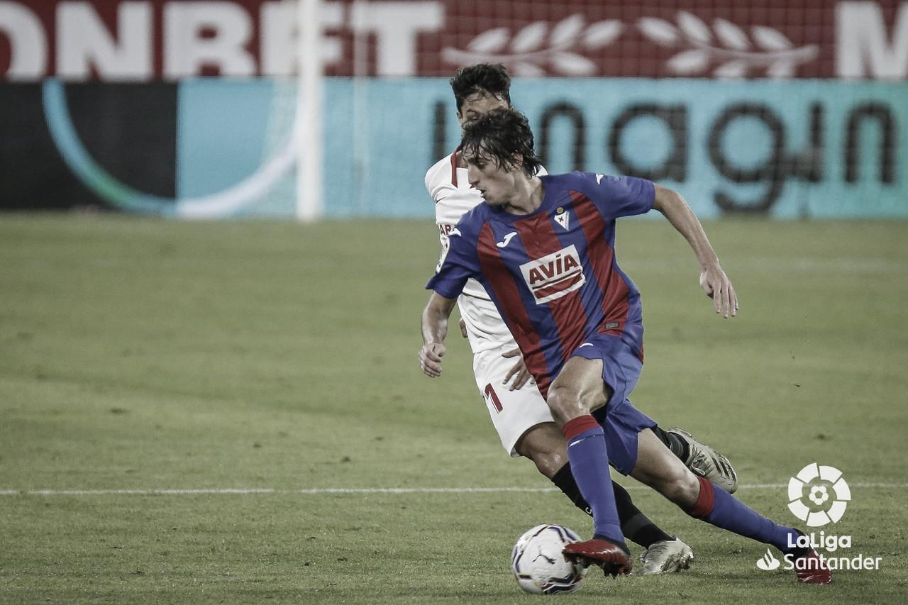 Bryan Gil y Oliver Torres durante el partido. Foto de Twitter: @SDEibar