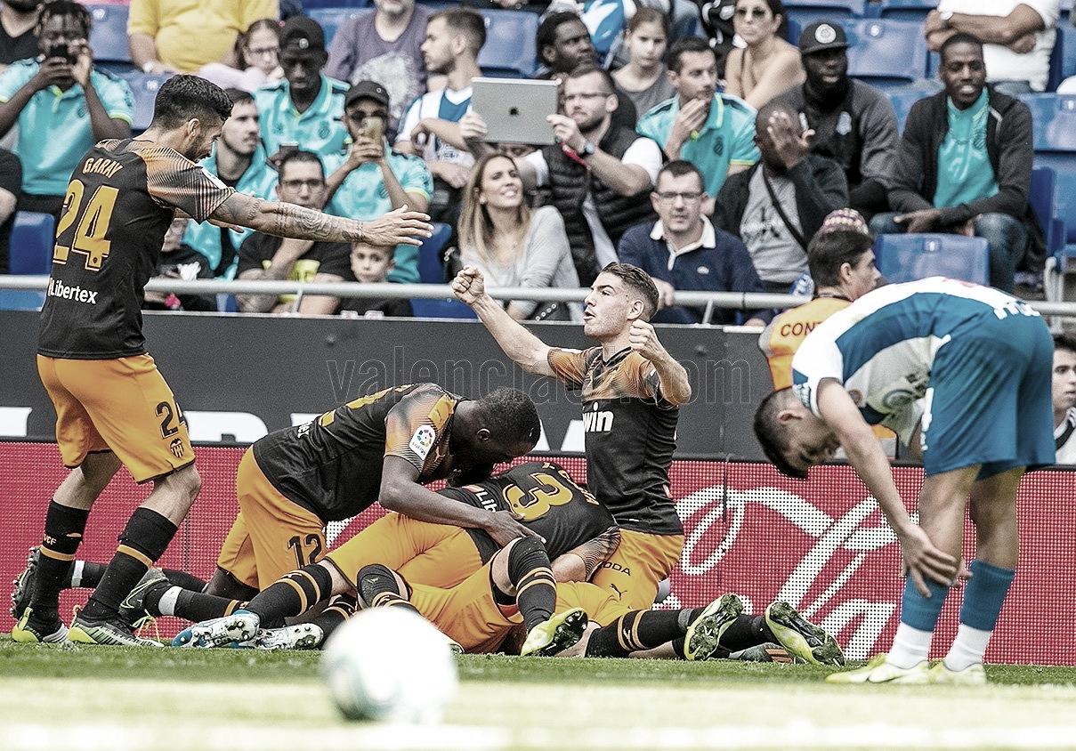 Maxi Gómez salva a un Valencia que volvió a sufrir