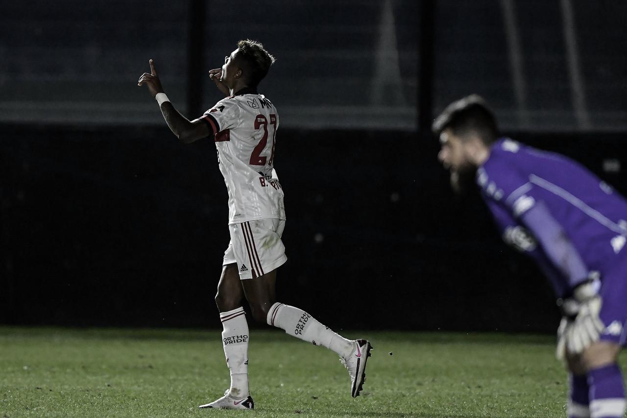 Vasco sai na frente, mas Flamengo faz segundo tempo superior de novo e vence clássico de virada