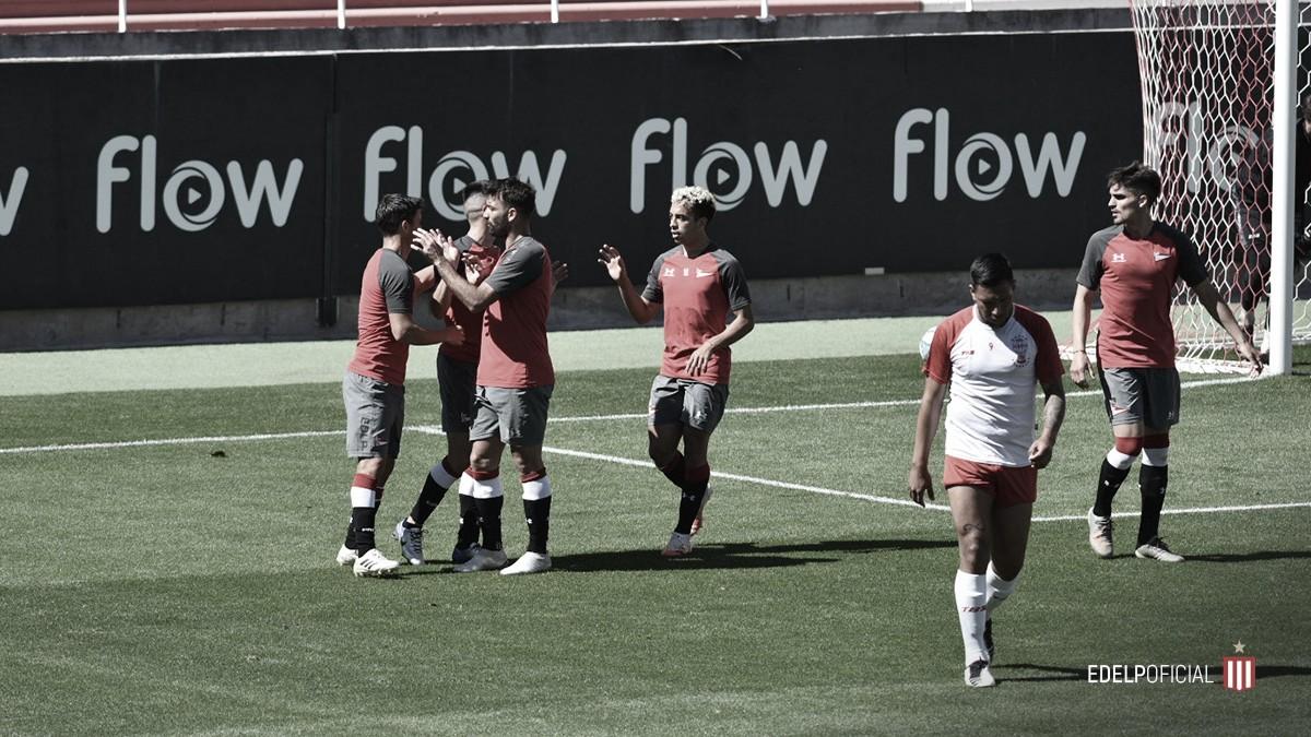 Primer abrazo de gol para los jugadores de Estudiantes. Foto: Prensa Estudiantes