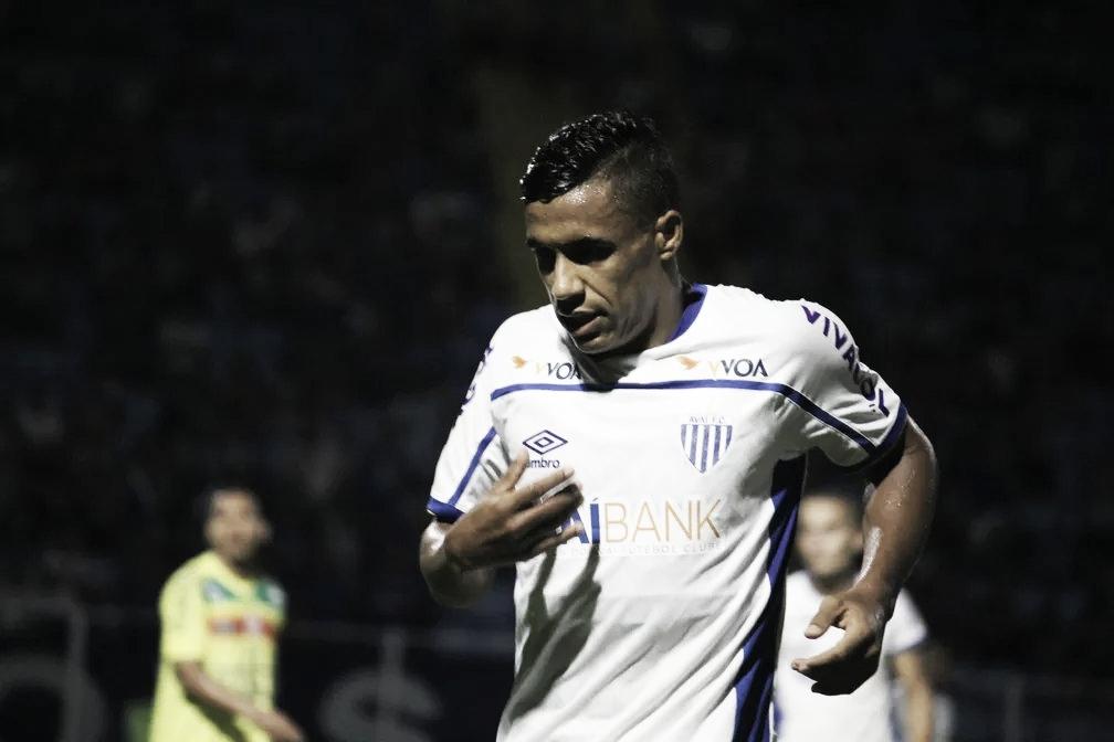 Avaí comunica saída do lateral Arnaldo e atleta se aproxima do Atlético-GO