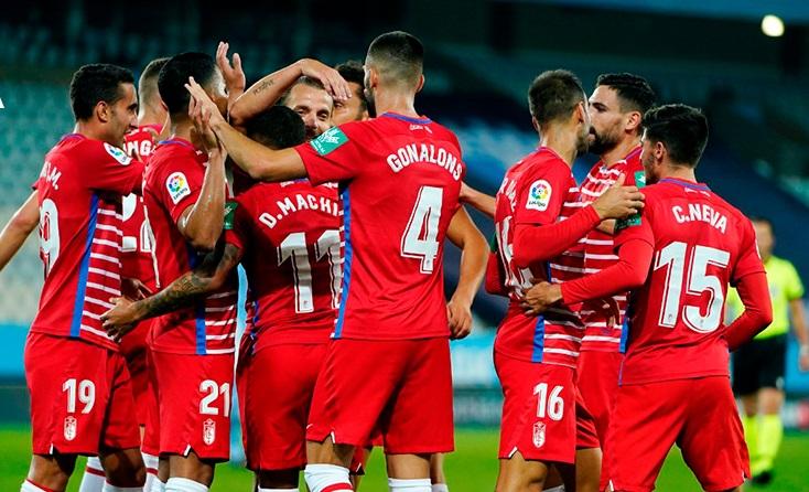 Los jugadores del Granada CF se abrazan tras marcar al Malmö | Foto: Granada CF