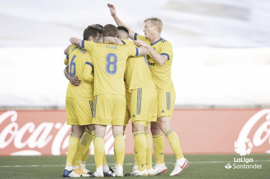 Los jugadores del Cádiz CF celebran la victoria en el Estadio Alfredo di Stéfano | Fuente: LaLiga Santander