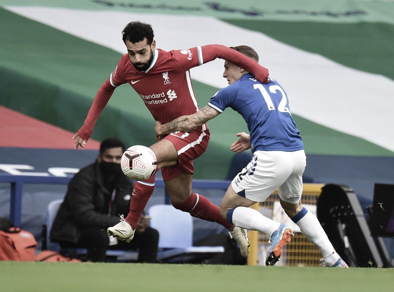 Salah zafándose de Digne / FOTO. PremierLeague