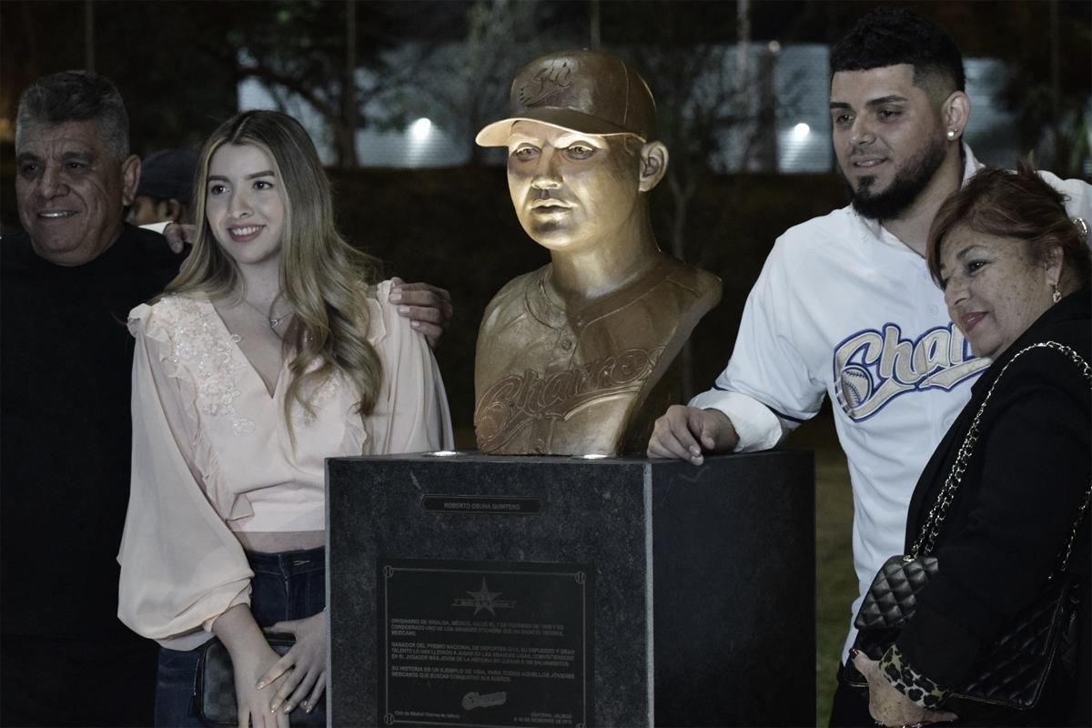 Roberto Osuna es inmortalizado en el Estadio de los Charros